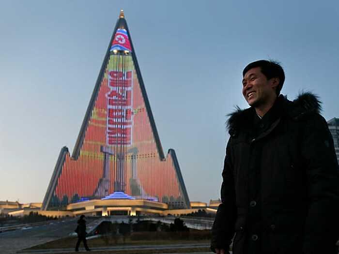 Nhà thiết kế  Kim Young Il bên cạnh tác phẩm của mình. Ảnh: Dita Alangkara/AP.